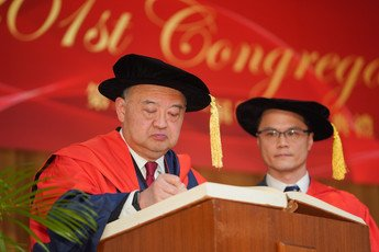 The Hon Chief Justice Geoffrey MA Tao Li signs the Register of the Honorary Degree Graduates