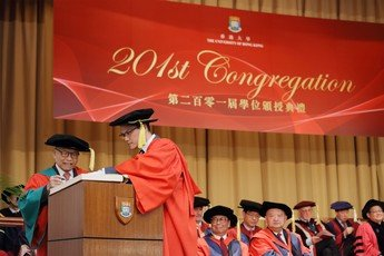 Dr David SIN Wai Kin signs the Register of the Honorary Degree Graduates