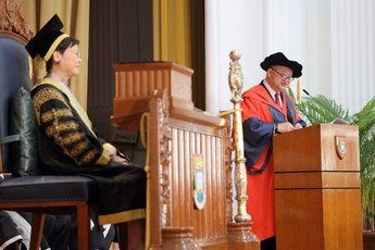 The Honourable Chief Justice Geoffrey MA Tao Li delivers his acceptance speech at the ceremony
