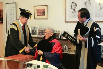Pro-Chancellor, Dr the Honourable Sir David LI  and President and Vice-Chancellor Professor Lap-Chee TSUI present the Doctor of Laws <i>honoris causa </i> certificate to Dr Patrick YU at his home on March 17