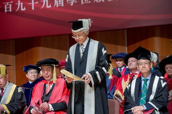 TThe Acting President & Vice-Chancellor Professor Paul TAM presents honorary graduands for admission to the honorary degrees