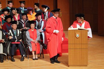 Professor TANG Ching Wan signs the Register of the Honorary Degree Graduates
